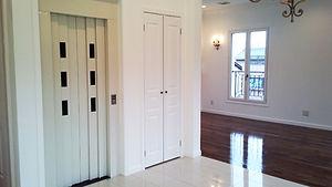 輸入住宅/住宅施工事例/二世帯間の移動もホームエレベーターでスムーズです。