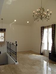 輸入住宅/住宅施工事例/すっきりとしたデザインのアイアン手摺と美しい大理石の床のコントラスト。