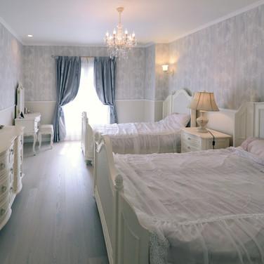 住宅施工例。輸入家具が似合うベッドルーム