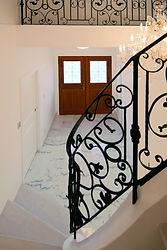 輸入住宅/住宅施工例/柔らかな雰囲気の天然大理石を施した優雅なエントランス。