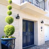 住宅施工例。ブルーの玄関ドアとアンドゥーズの坪。
