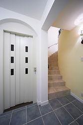 輸入住宅/住宅施工事例/サーキュラー階段と3階まで繋がるエレベーター。