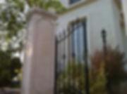 輸入住宅/住宅施工事例/フランス産漆喰の壁と調和する美しいアイアンの門まわり。