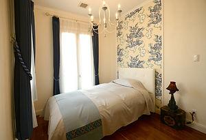 輸入住宅/住宅施工事例/ブルーを基調にコーディネートした寝室。アンティークな照明と印象的な壁紙がアクセント