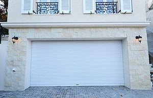 輸入住宅/住宅施工事例/ホワイトの電動ビルトインガレージ。