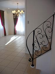 輸入住宅/住宅施工事例/ダイニングに面した階段。上品なアイアン飾りの手摺がエレガントな雰囲気を醸しだします。