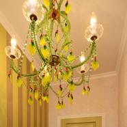 住宅施工例。イタリア製 レモンのシャンデリアのあるトイレ。
