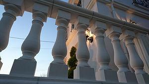 輸入住宅/住宅施工事例/イタリア産のライムストーンの手摺が重厚感ある雰囲気をつくりだします。