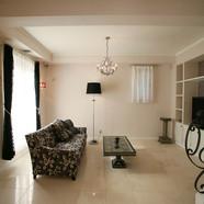 住宅施工例。漆喰とライムストーンを用いたリビング。