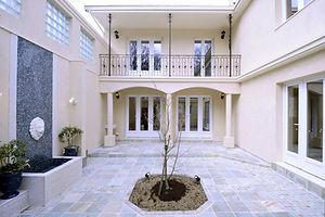 輸入住宅施工例/外からの視線が気にならないプライベートな中庭。だいn第二のリビング。