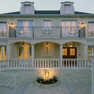 住宅施工例。フランスのシャトーを思わせる回廊のあるシンメトリーな邸宅。