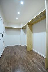 輸入住宅/住宅施工事例/ハンガーパイプ付きの棚を設置したウォークインクローゼット。  