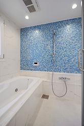 輸入住宅/住宅施工事例/輸入したブルーのモザイクタイルを壁面に施した、爽やかな印象のバスルーム。