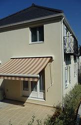 輸入住宅/住宅施工例/オーニングを設置したお庭のテラス。