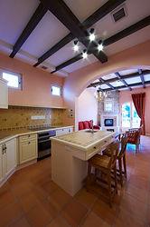 輸入住宅/住宅施工事例/暖色でまとめたキッチンは家族がくつろげる南仏スタイル。
