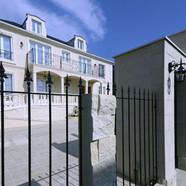 住宅施工例。建物の高級感が増すロートアイアンのフェンス。