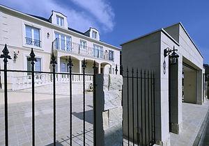 輸入住宅/住宅施工事例/建物の高級感が増すロートアイアンのフェンス。