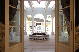 輸入住宅施工例/噴水のある中庭。