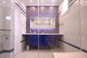 住宅施工事例。3種類のモザイクタイルでデザインした洗面。浴室と洗面はガラスで一体となったデザイン。