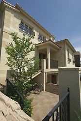 輸入住宅/住宅施工事例/石貼り(凝灰石)の外壁と瓦屋根。