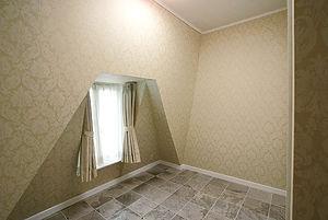 輸入住宅/住宅施工事例/建物ドーマーに面した窓周りと3mの天井高の寝室。床には大理石を敷き詰めている。