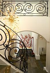 輸入住宅/住宅施工事例/アイアンとシャンデリア、壁面のモザイクアートが重なり合う、唯一無二の芸術的空間。