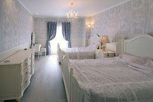 輸入住宅/住宅施工事例/こだわりの家具に合せてクロスや照明を選択。優しい色合いで統一した寝室です。