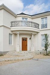 輸入住宅/住宅施工事例/カーブを描く石貼りのアプローチ。 