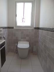 輸入住宅/住宅施工事例/パープルのタイルとガラスモザイクタイルを腰高まで貼ったパープルとヴェンゲ色のトイレ。