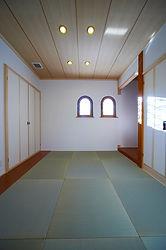 輸入住宅/住宅施工事例/西側の小さな窓から採光を確保した8畳の和室。フレンチスタイルの窓が和室にも似合います。