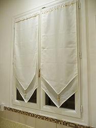 輸入住宅/住宅施工事例/国内調達の布地をフレンチスタイルで仕上げる内開き窓用カーテン。