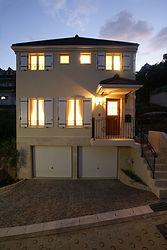 輸入住宅施工例/傾斜地に建ち並ぶ住まいの中で一際華やかさを極めた住まい。
