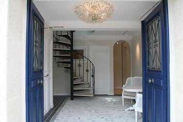 住宅施工例。2色の大理石とモザイク石を床張りした玄関ホール。来客の為に応接コーナーも設けました。