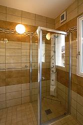 輸入住宅/住宅施工事例/五つ星ホテルのバスルームのように体を洗う空間は別に設けたシャワーコラム。
