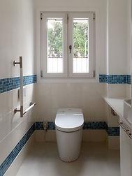 輸入住宅/住宅施工事例/ブルーのモザイクタイルをアクセントにした清潔感のある空間。