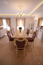 輸入住宅/施工事例/大理石の床、シャンデリア等が優美な空間をつくるダイニング。