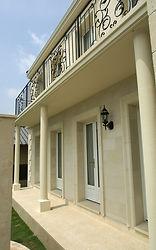 輸入住宅/住宅施工事例/外壁には厚み2cm、窓枠には厚み8cm のイタリアから直輸入したライムストーン。