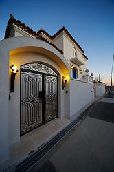 輸入住宅/住宅施工事例/電気錠付きアイアンの門扉。屋根を付ければ電気錠の組み込みが可能です。