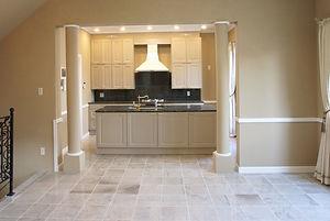 輸入住宅施工事例/床の大理石と漆喰壁の彩がシックにまとまったダイニング。