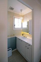 輸入住宅/住宅施工事例/クロスの柄とマッチした上品な雰囲気の洗面。洗面化粧台はフランス製の特注品。
