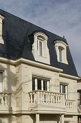 輸入住宅/住宅施工事例/ドーマー飾りはフランス製、バラスター手摺・コーナーストーンはイタリア産ライムストーンで制作。