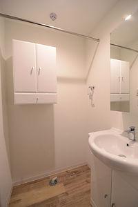住宅施工事例。フランス製の洗面化粧台と収納家具もすっきりと白で統一。