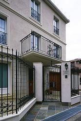輸入住宅/住宅施工事例/門壁・門扉。窓周りとアイアンをふんだんに使ったファサード。