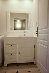 輸入住宅/住宅施工事例/インテリアドアに合わせて、ホワイトを基調にした洗面。洗面化粧台はフランス直輸入。