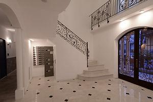 住宅施工事例。階段下に設置したポストと宅配ボックスは、セキュリティに配慮し外から投入できるように。