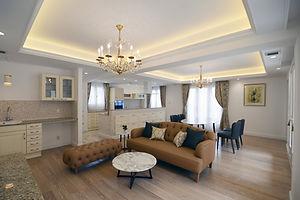 輸入住宅施工例/コンテンポラリースタイルのイタリアソファとシャンデリアや折り上げ天井。
