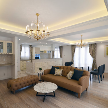 住宅施工例。イタリア製のシャンデリア・家具で揃えたLDK。折上天井と間接照明。