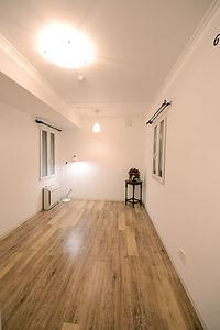 住宅施工事例。居室は天井高2.7mで広々と感じられます。エアコンは床置き型をセレクト。意外と目障りな壁掛けエアコンではありません。