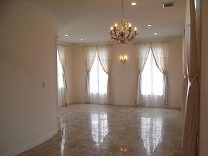 輸入住宅施工事例/円形の階段ホール壁に接するリビング。  