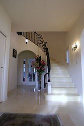 輸入住宅施工例/大理石を床に施した、爽やかで明るい印象のエントランスホール。